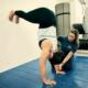 Trainer Tessa übt bei Personal Training für Frauen den Handstand mit einer Kundin. optimumtraining.at