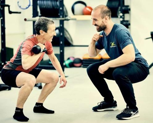 Trainer Paul beim Personal Training mit Kundin. optimumtraining.at