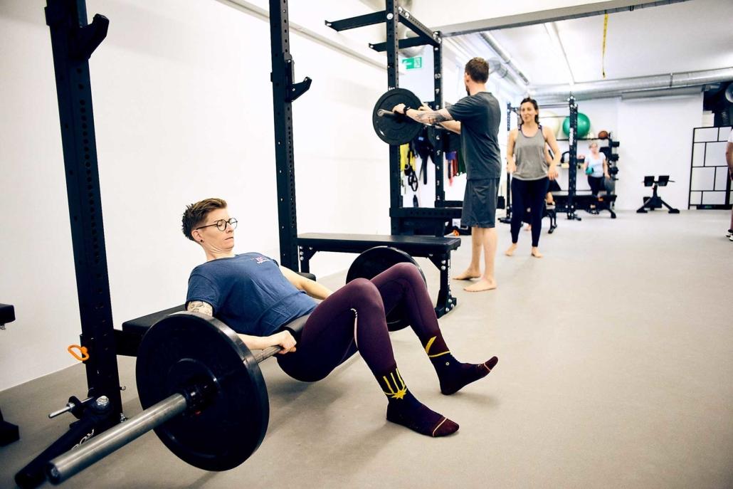 Männer und Frauen trainieren gemeinsam beim Gruppentraining in Wien. optimumtraining.at