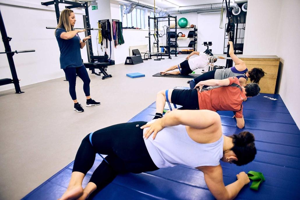Trainer Tessa leitet Aufwärmen beim Gruppentraining in Wien an. optimumtraining.at