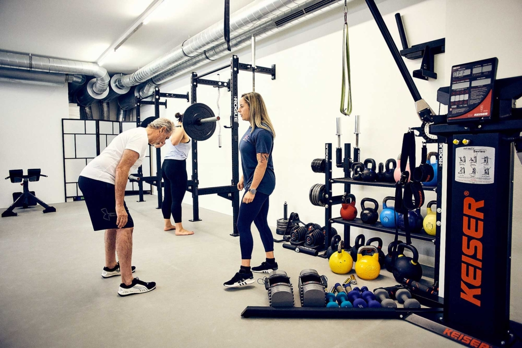 Trainerin Tessa leitet Gruppentraining mit Kettlebells und Langhantel in Wien an. optimumtraining.at