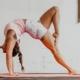 Trainerin Tessa übt Mobility und Beweglichkeit. optimumtraining.at